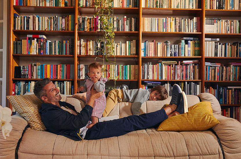 Foto - Pai com seus filhos deitados no sofá