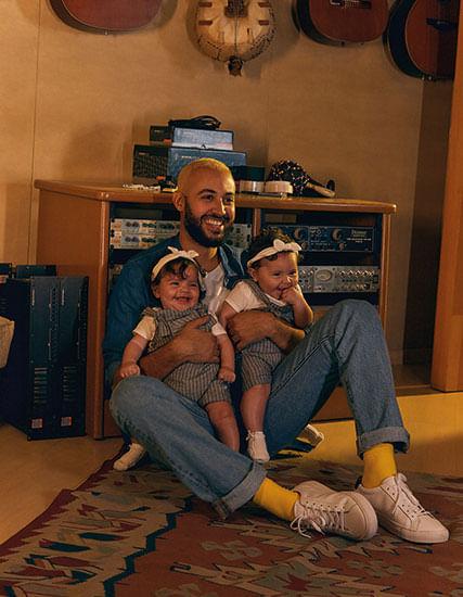 Pai José com suas filhas no colo