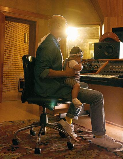 Pai José sentado no estúdio com sua filha